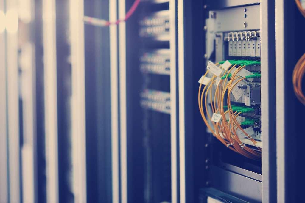 Imagem de um servidor ao fundo, ilustrar os diversos tipos de hospedagem