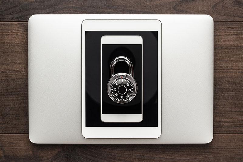 Imagem de um notebook, tablet e um celular, para exemplificar a importância do uso do protocolo HTTPS e o SSL